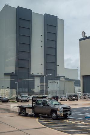 Это самый большой ангар для финальной сборки ракет. Выста 160 м. Серые полосы - это самые большие в мире автоматические ворота