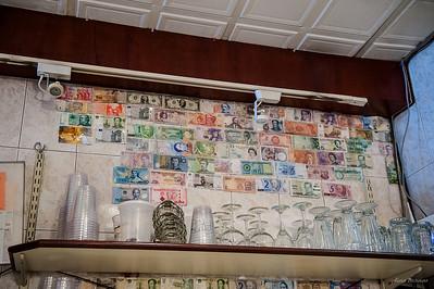 Стена в кафе украшена подаренными купюрами (наши тоже есть)