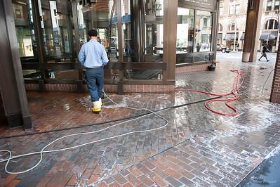 Таки да, в Америке тротуары моют с моющим средством
