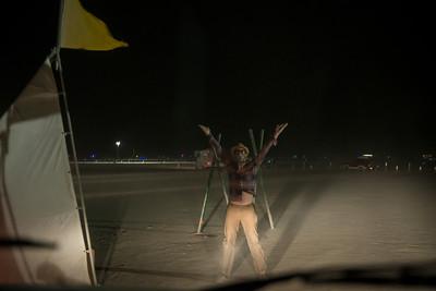 приветствие новичков - посвящение в бёрнеры - надо было кататься, кувыркаться, в общем изгваздаться в местной пыли :)