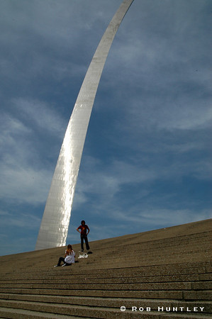 A young couple photographing the Gateway Arch monument in St. Louis, Missouri.  © Rob Huntley