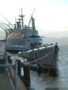Fisherman's Wharf - Nave e sottomarino da guerra diventati oramai musei visitabili 2004-03-02 at 02-24-41