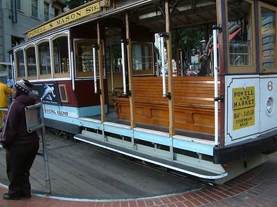 """Il tram al capolinea - Ancora adesso come una volta il tram viene ruotato e riposizionato sulle rotaie a mano, o meglio di """"schiena"""", pronto per la partenza 2004-03-02 at 01-44-20"""