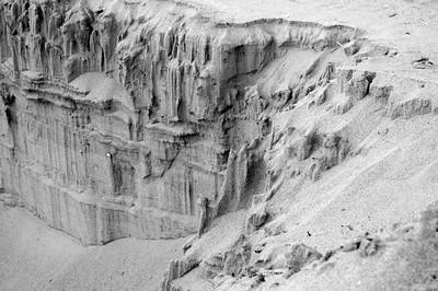 Sandbridge, Virginia, USA; a canyon like structure create on the beach by in a big hole / canion de sable crées lors de travaux sur la plage.