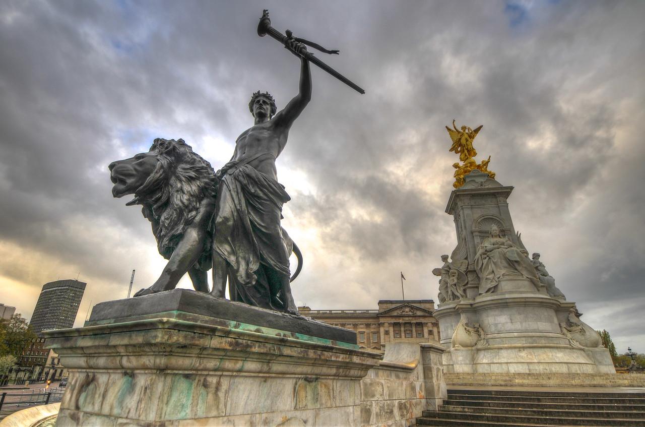 Victoria Memorial, Statue, London