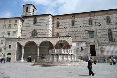 Fontana Maggiore e Cattedrale S  Lorenzo