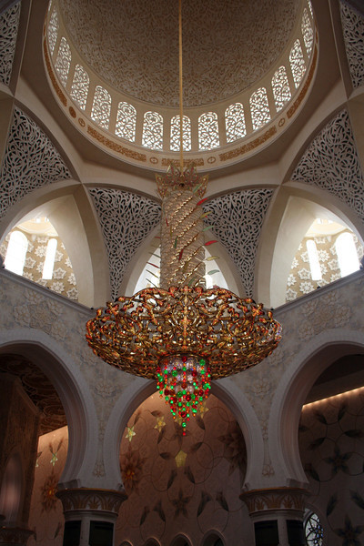 Sheikh Zayed Grand Mosque: Interior of the central dome, showing the world's largest chandelier, by Swarowski; it has a diameter of approximately 8 metres.