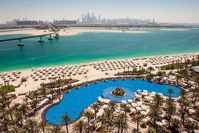 Один из бассейнов на территории, вид на город, и остров-пальму