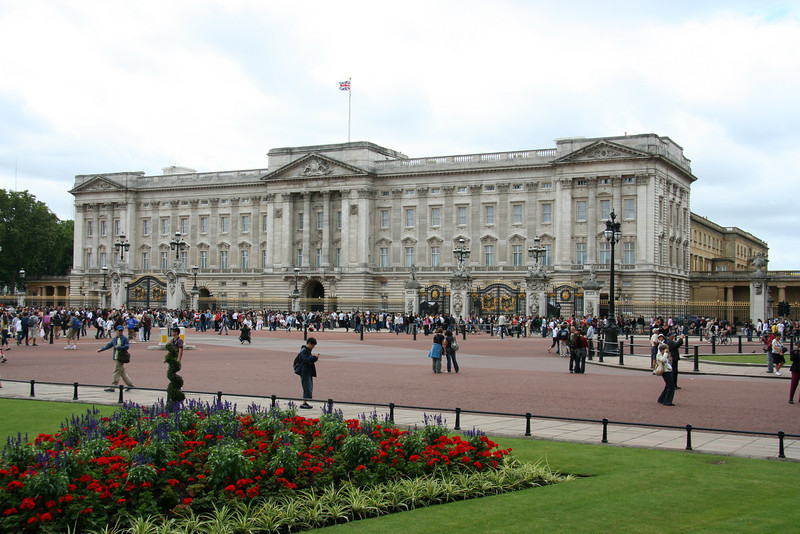 Buckingham Palace. People are lining up for the changing of the guard, but I'm too lazy to stand and wait.