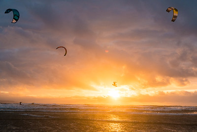 Sunset kiteboarding at Westward Ho !
