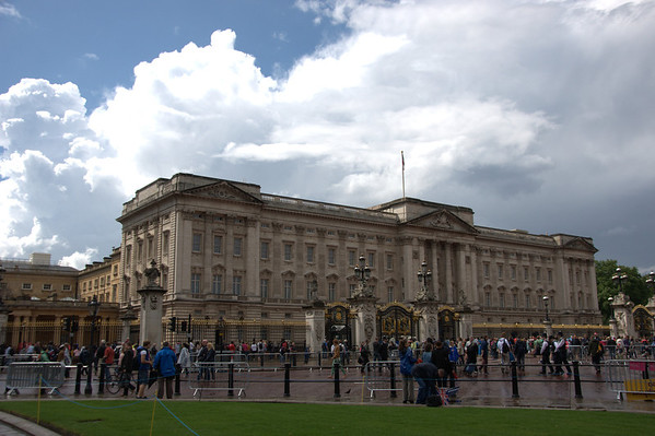 Olympic crowd in front of Buckingham Palace.