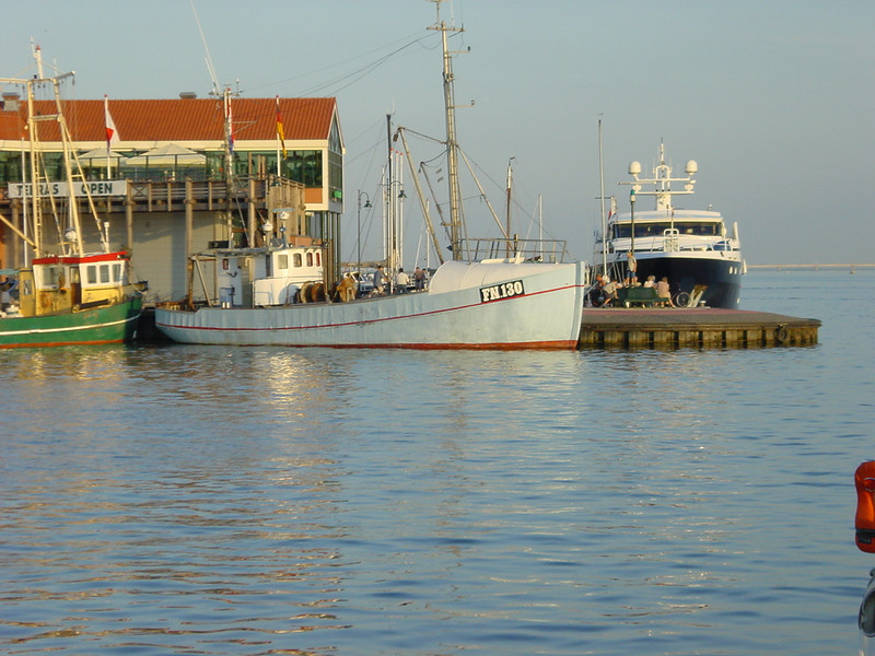 Behind the fishingtrawlers you see a building, which has a great fish restaurant.