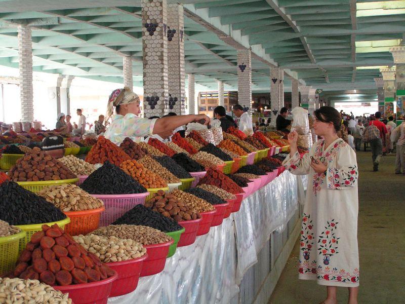Mercado multicolor en Samarcanda. Marie disfrazada de lugareña