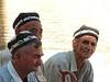 tres ancianos conversando y viendo pasar la vida