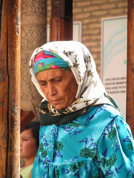 Peregrina a la tumba de un gran luchador uzbeco