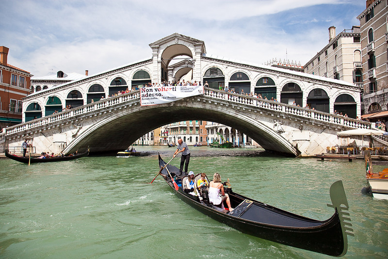 RIALTO BRIDGE ON THE GRAND CANAL