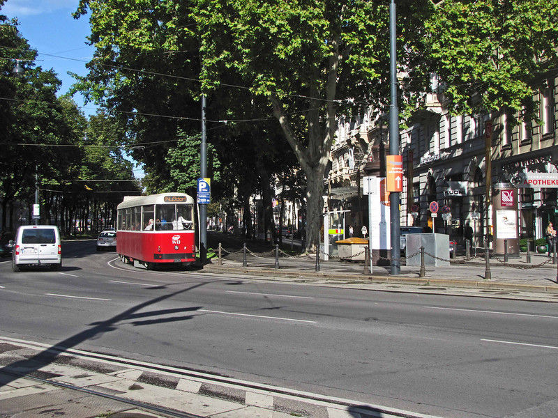 04-Here you see how the ring road bends around the core (which is to the right). The car and tram are leaving Schubert Ring and entering Karntner Ring.