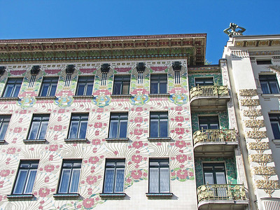 13-Majolica Haus. On both sides, the junction between buildings is managed by a layer of balconies.