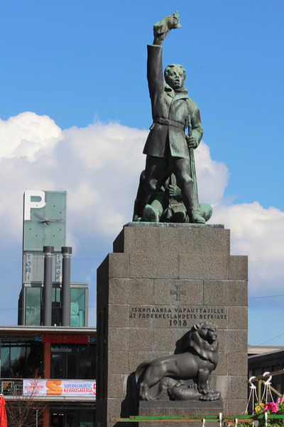 The independence monument in the Vaasa town square.