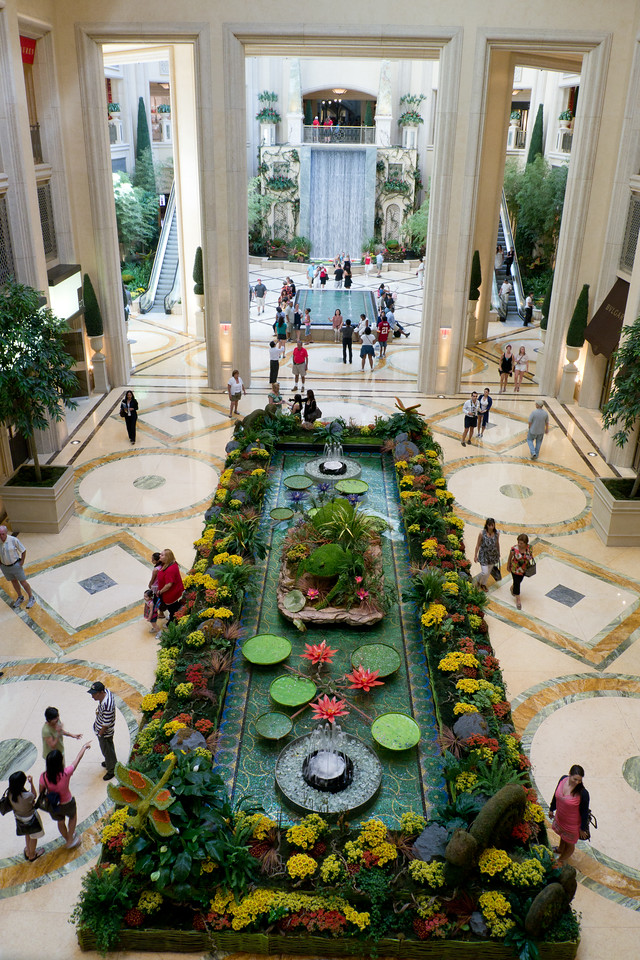 The fountains at the Palazzo Hotel mall