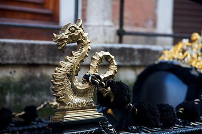 Gondola Dragon in gold and black