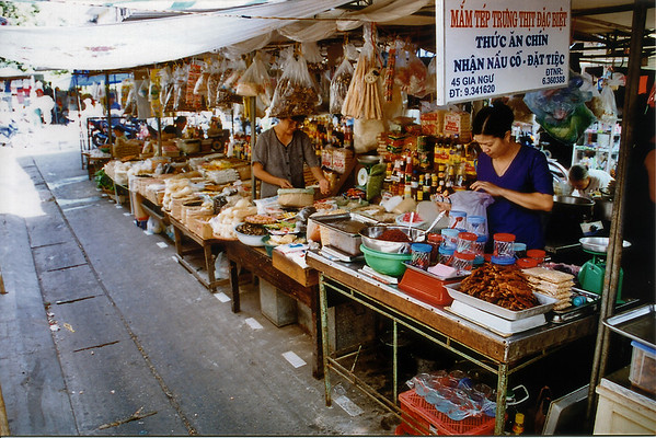 Delicacy stall Hà Nội Việt Nam - Aug 2002