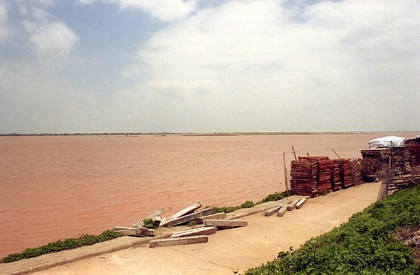 Lụt sông Hòng Hà Red River in flood Hà Nội Việt Nam - Aug 2002