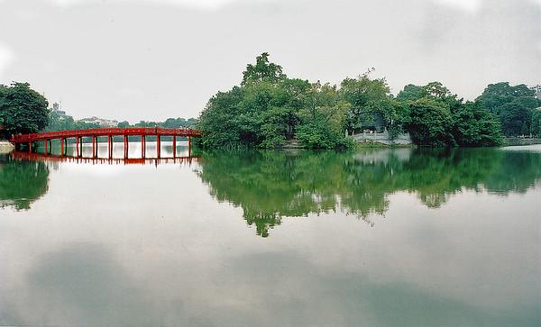 Cầu Thế Hục, chùa Ngọc Sơn, hồ Hoàn Kiếm Thế Hục bridge, Ngọc Sơn pagoda, lake of the Restored Sword Hà Nội Việt Nam - Aug 2002