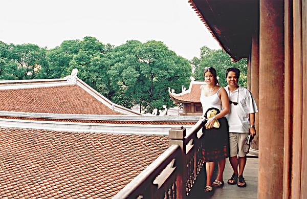 Lan and Tuấn Khuế Vǎn pavilion Vǎn Miếu Temple of Literature Hà Nội Việt Nam - Aug 2002