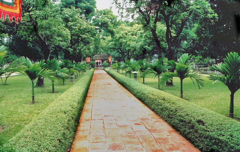 Đường vô Front pathway Vǎn Miếu Temple of Literature Hà Nội Việt Nam - Aug 2002