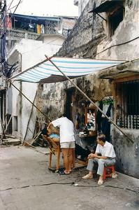 Street barber Đà Lạt Việt Nam - Aug 2002