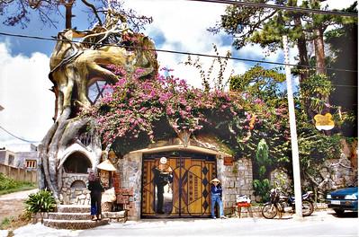 Entrance Hàng Nga guesthouse Đà Lạt Việt Nam - Aug 2002