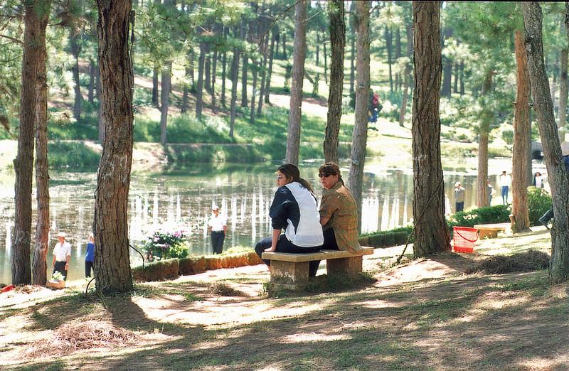 Lan and Gill Hồ Thang Thở Lake of Sigh Đà Lạt Việt Nam - Aug 2002