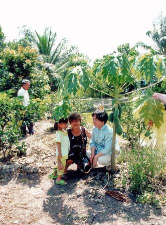Phương with Nhi (Chí's grandaughter) and grandma Hoa Bình Dương Việt Nam - Jul 2002