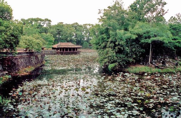 Lưu Khiêm lake, Xung Khiêm pavilion Lang Hoàng Ðế Tự Ðức Tomb of emperor Tự Ðức Huế Việt Nam - Aug 2002