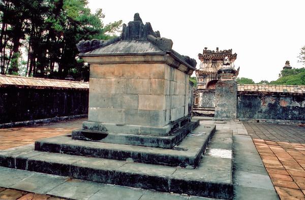 Tự Ðức tomb Lang Hoàng Ðế Tự Ðức Tomb of emperor Tự Ðức Huế Việt Nam - Aug 2002