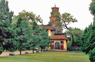 Chùa Thiên Mụ Thiên Mụ pagoda Huế Việt Nam - Aug 2002