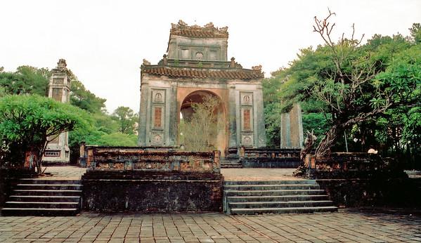 Stele pavilion Lang Hoàng Ðế Tự Ðức Tomb of emperor Tự Ðức Huế Việt Nam - Aug 2002
