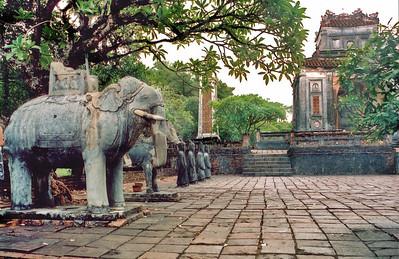 Honour courtyard Lang Hoàng Ðế Tự Ðức Tomb of emperor Tự Ðức Huế Việt Nam - Aug 2002