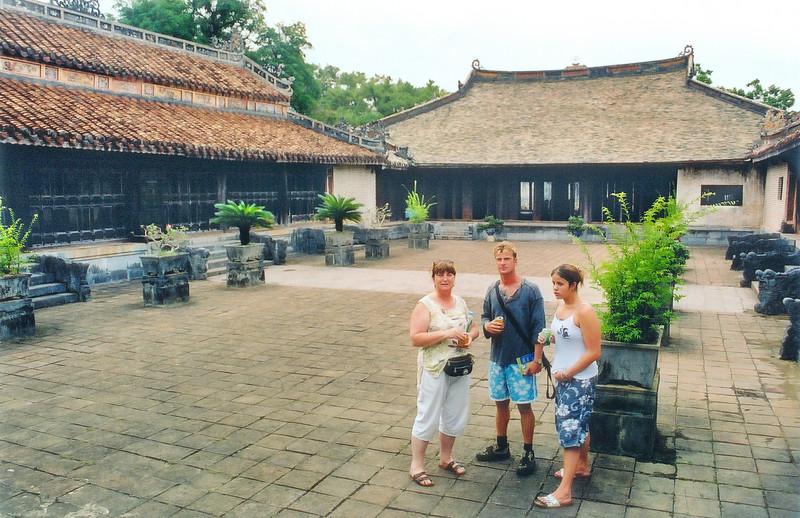 Gill, Ben and Lan Lang Hoàng Ðế Tự Ðức Tomb of emperor Tự Ðức Huế Việt Nam - Aug 2002