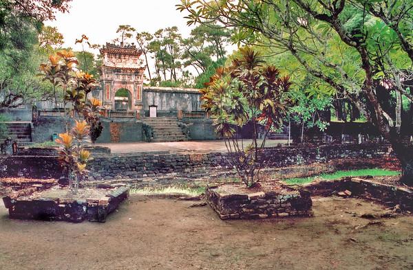Half Moon Lake Lang Hoàng Ðế Tự Ðức Tomb of emperor Tự Ðức Huế Việt Nam - Aug 2002