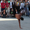 Lots of artists will donate their collected earnings to the refurbishing of a churchbuilding in Barcelona. Here a breakdancer in action..