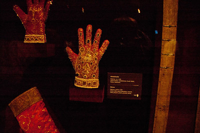 Glove from Palermo dating from the year 1220.