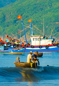 Fishermen row ashore in their traditional basket boat (thung chai) - Quy Nhon - Vietnam