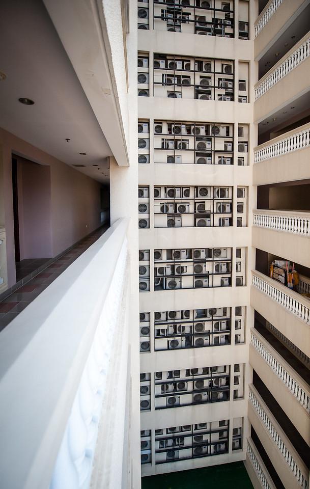 в отеле стена с кондиционерами