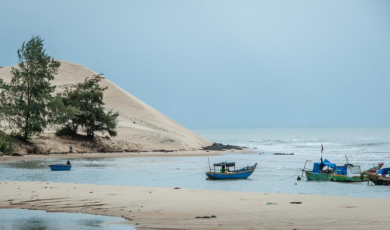 местная достопримечательность - большая песчаная дюна, которая  выходит прям к морю