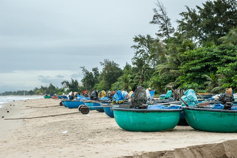 на таких вот больших тазиках плавают местные рыбаки