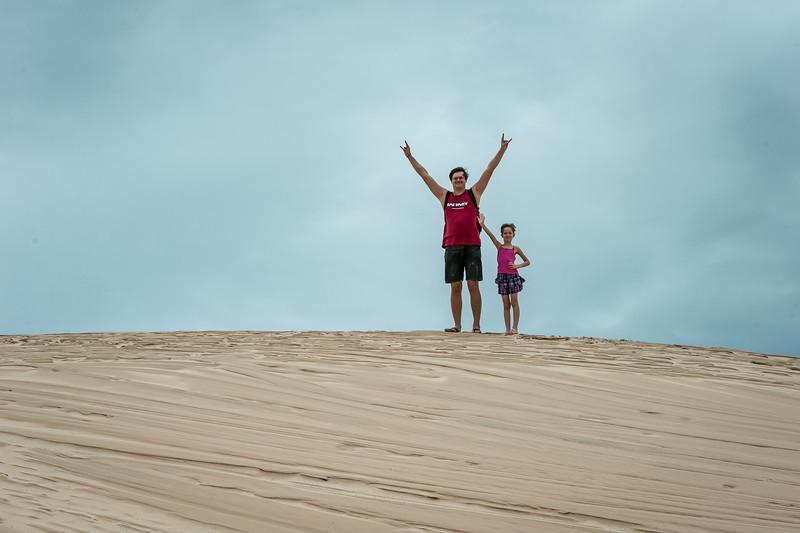 песок мелкий, по нему очень кайфово сбегать вниз