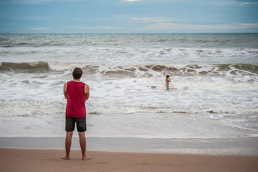было прохладно, поэтому ребенок купался один :)