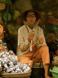 De dame met porselein (en bril). Dong Ba Market, Hué, Vietnam.